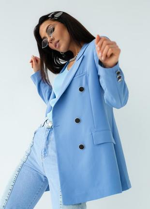 Голубий піджак прямого крою