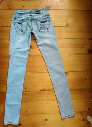 Гарні та якісні джинси з цікавим декором5 фото