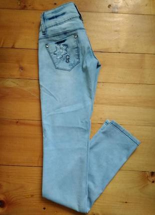 Гарні та якісні джинси з цікавим декором1 фото