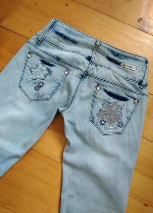 Гарні та якісні джинси з цікавим декором3 фото