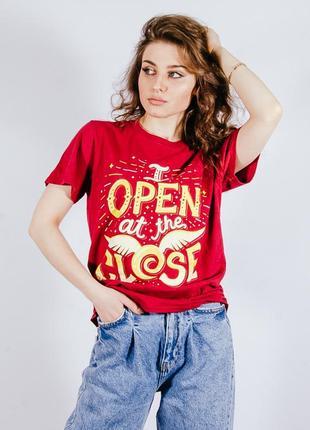 Женская красная футболка с принтом, жіноча червона футболка з принтом