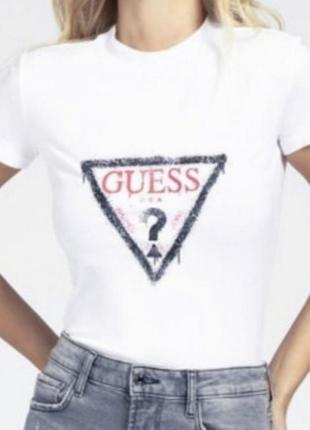 Базовая футболка от бренда guess
