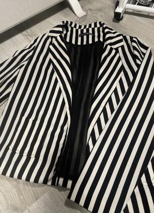 Пиджак в черно-белую полоску