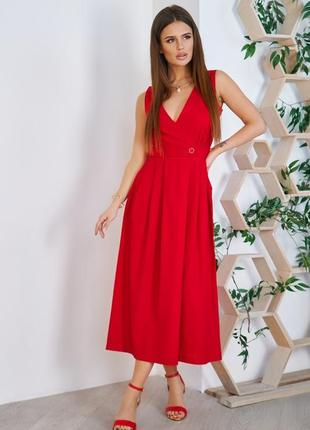 Красное платье с декольте на запах