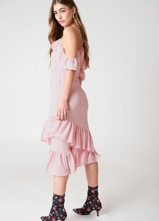 Нежное платье с ассиметричными воланами