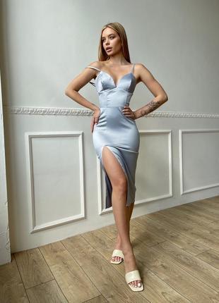 Серебристое корсетное платье-футляр с разрезом на ноге
