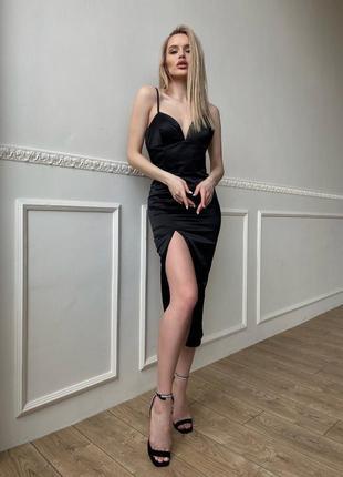 Чёрное корсетное платье-футляр с разрезом на ноге