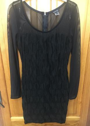 Эффектное платье с длинным рукавом