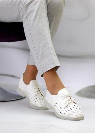 Женские кожаные белые  туфли лоферы с перфорацией