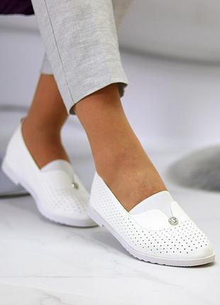 Женские кожаные белые туфли лоферы балетки с перфорацией