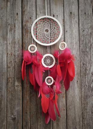 Бежевый ловец снов с красными и бордовыми перьями. оригинальный подарок.