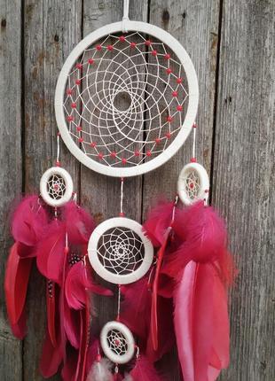 Бежевый ловец снов с красными и бордовыми перьями. оригинальный подарок.3 фото