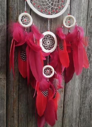 Бежевый ловец снов с красными и бордовыми перьями. оригинальный подарок.2 фото
