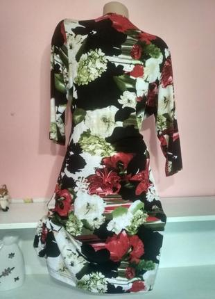 Платье на запах с ярким принтом лилии4 фото