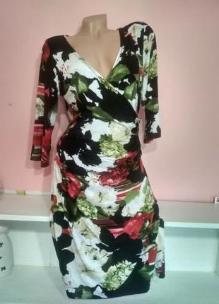 Платье на запах с ярким принтом лилии