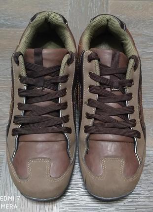 Кроссовки, спортивные туфли.