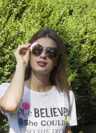Женские солнцезащитные очки в стильной оправе.