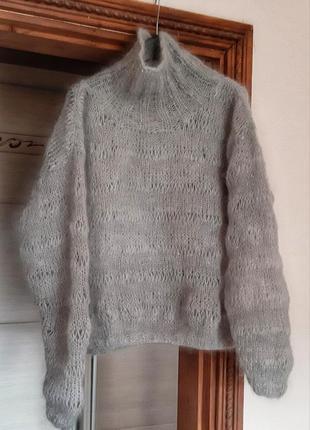 Красивый шерстяной свитер ручной работы