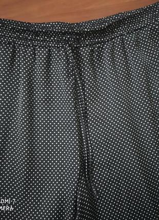 Летние брюки в мелкий горошек.