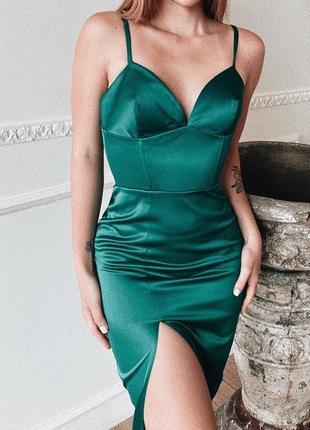 Зелёное изумрудное платье миди атласное с разрезом
