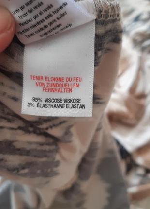 Сукня з оригінальним принтом5 фото