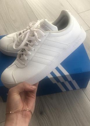 Оригинальные белые кроссовки adidas( натуральная кожа)