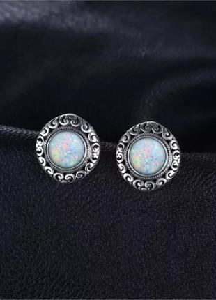 Серебряные серьги в винтажном стиле с белым огненным опалом