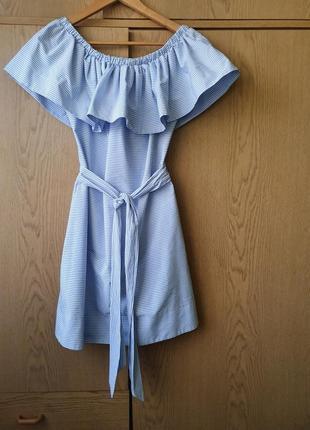 Голубое платье в полоску с открытыми плечами и поясом