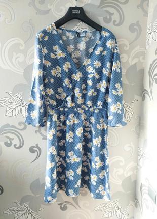 Голубое платье на запах цветочный принт ромашки в цветаз ромашках h&m