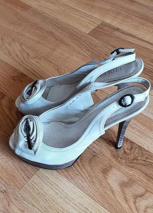 Кожаные босоножки на каблуке 39 размер белые босоножки