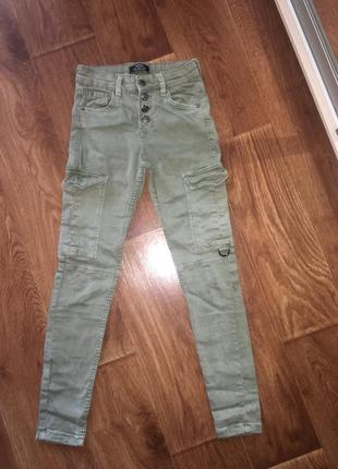 Джинсы хаки с накладными карманами bershka