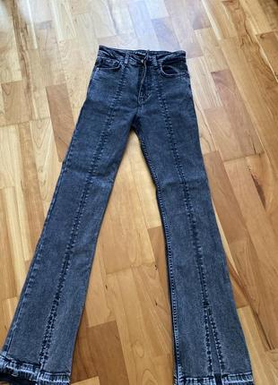 Трендовые джинсы с разрезами