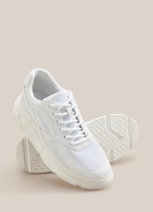 Крутые базовые кроссовки на массивной подошве