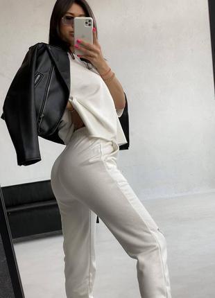 Спортивный костюм футболка  и штаны с разрезом белый4 фото
