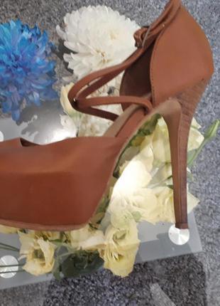 Босоножки на высоком каблуке bershka