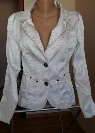 Красивий білий піджак.