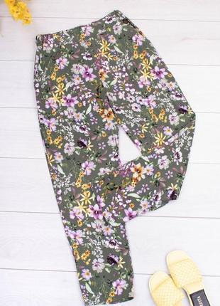 Женские зеленые брюки в цветочный принт