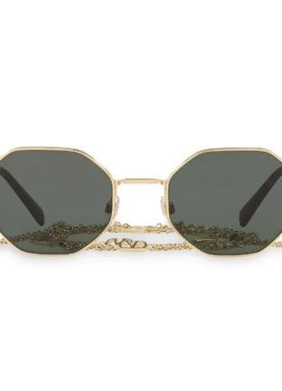 В стиле valentino eyewear солнцезащитные очки в геометричной оправе с цепочкой