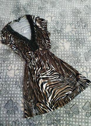 Стильне плаття з бусами з дерева