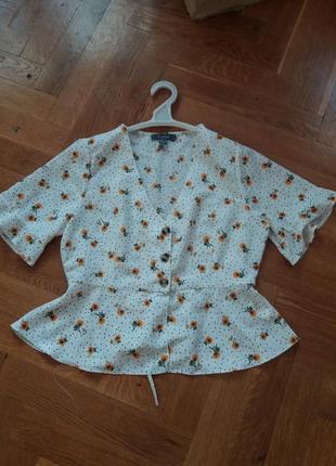 Актуальная укороченая блузка на пуговицах в цветочный принт