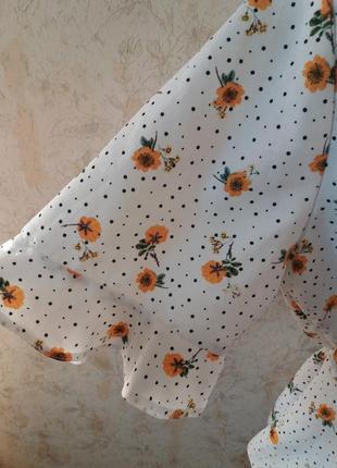 Актуальная укороченая блузка на пуговицах в цветочный принт4 фото