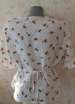 Актуальная укороченая блузка на пуговицах в цветочный принт6 фото