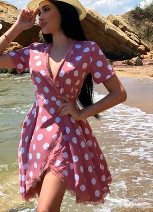 Красивое нежное платье крупный горох на запах с кружевом , струящаяся ткань