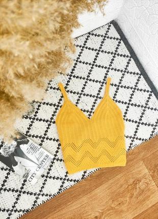 Актуальный вязаный жёлтый горчичный топ майка