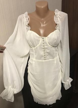 Шикарное кремовое платье на корсете с объёмными рукавами