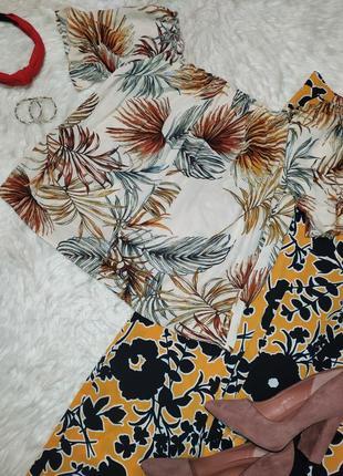 Актуальная блуза в тропический принт с открытыми плечами