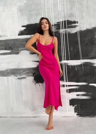 Малиновое платье-комбинация с разрезом