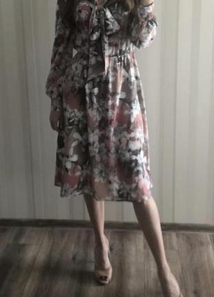Красивое платье с бантом на шее