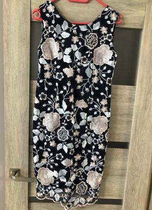 Платье нарядное по фигуре с кружевом кружевное с вышивкой в цветы