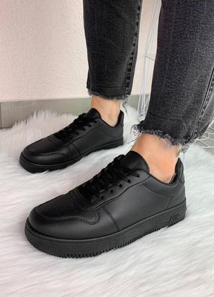 Жіночі кросівки на низький платформі.